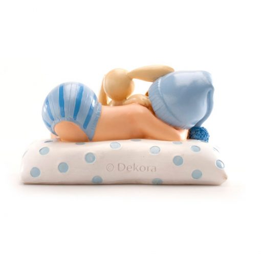 Figurină de tort pentru botez – Băiețel cu iepuraș, 105x65x65 mm- Dekora